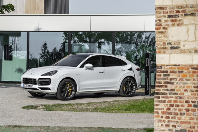 2020 porsche cayenne turbo s e hybrid delivers 670 hp electrified punch tseh 2