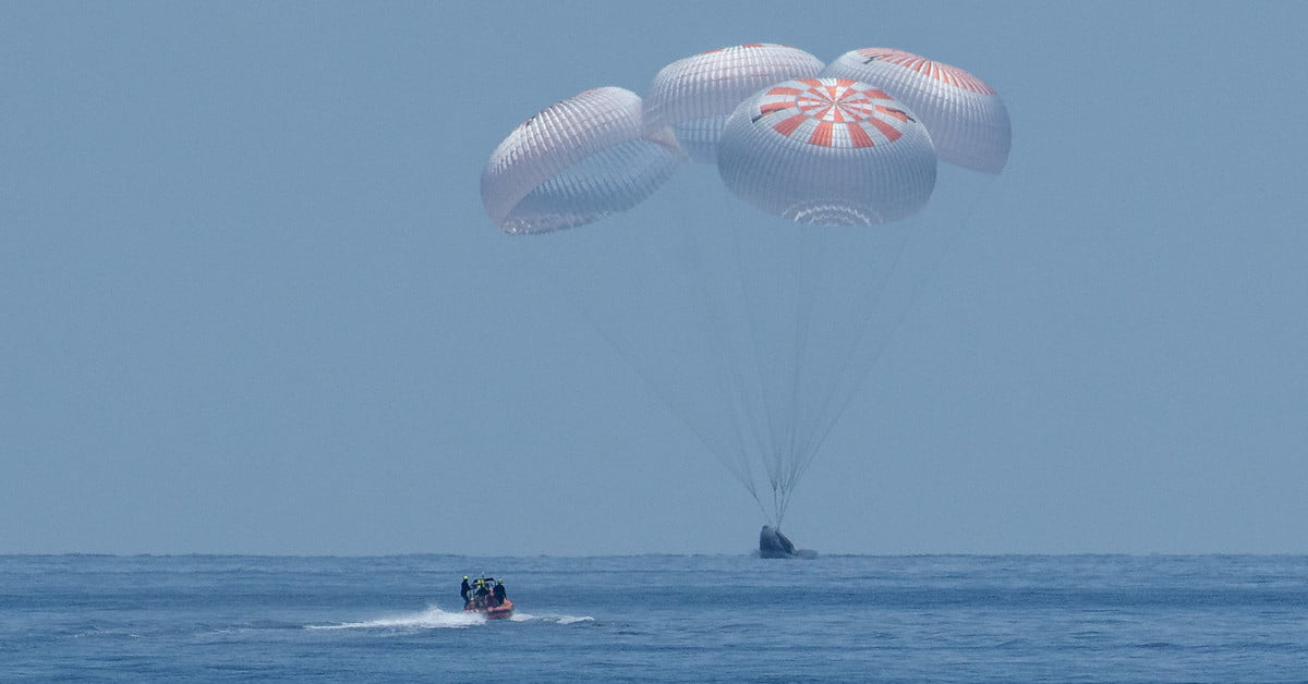 First picture of NASA astronauts after historic Crew Dragon splashdown