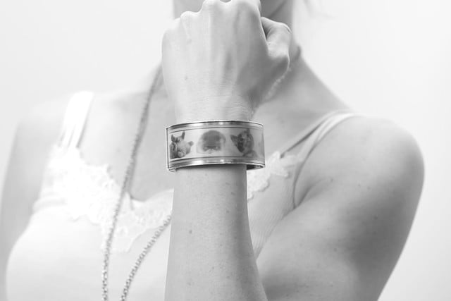 e ink wearable eyecatcher launches kickstarter campaign looksee cats