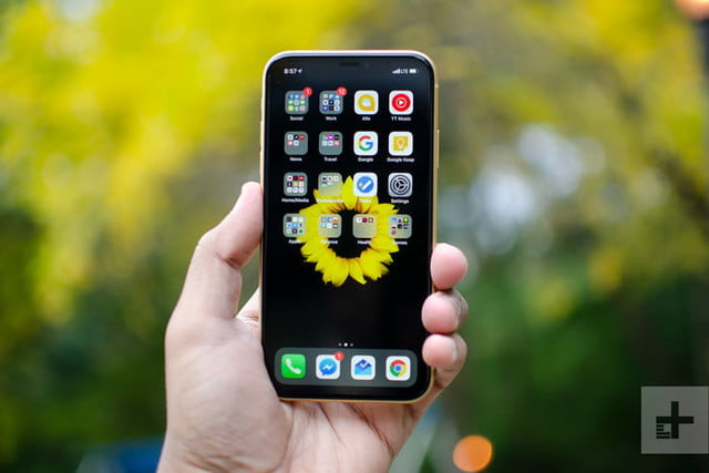 Celular Apple en la mano de una persona con la pantalla principal para comparar al iPhone 11 vs. iPhone XR 2