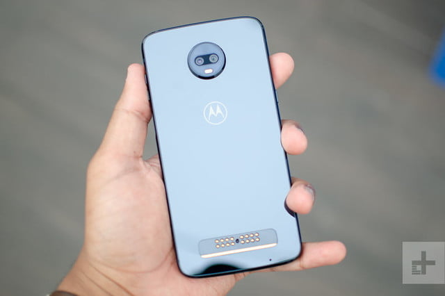 revision moto z3 play hands on back full shiny 800x533 c