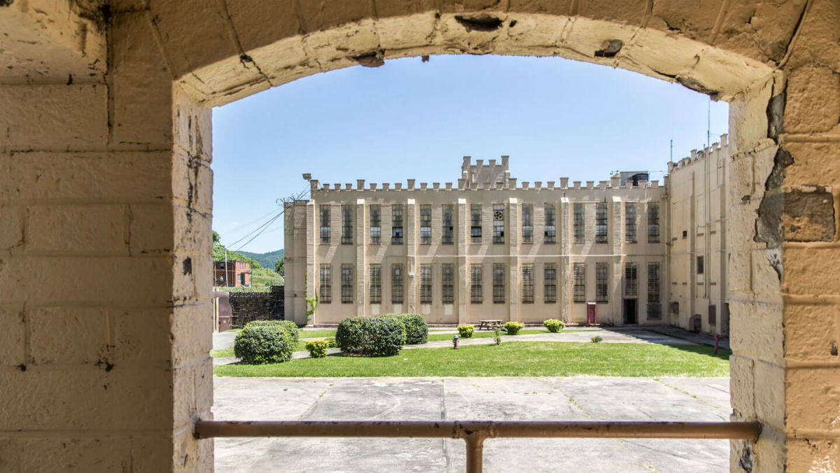 brushy-mountain-state-penitentiary-inside-the-yard-at-brushy-feature
